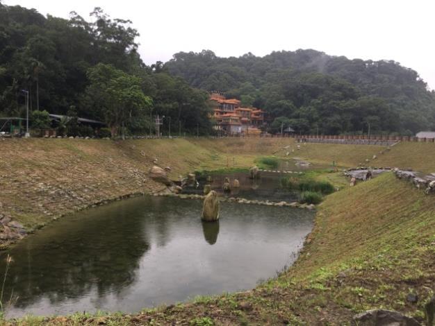 本生態滯洪池工程大部分設施採用生態工法設計,生態池底採用鋪石底以抗沖蝕
