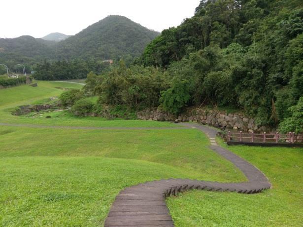 本生態滯洪池於池底規劃面積約4000平方公尺的草坡並設置階梯步道,方便民眾踏青遊憩