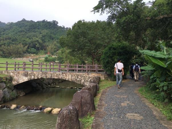 園區內闢設人行步道、小橋涼亭等休憩及造景設施