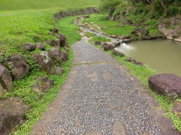 沿原有河道設置親水步道,途中景觀多變豐富,可看到許多溪流生態工法的巧思