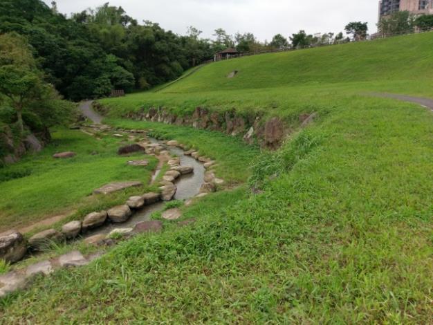 本生態滯洪池保留原大溝溪河道,營造親水空間
