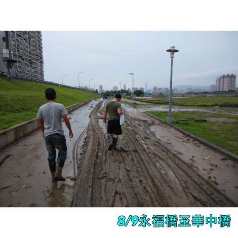 8月9日永福橋至華中橋段車道泥沙[開啟新連結]