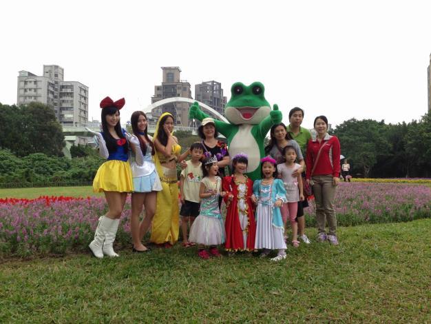 花仙子和蛙蛙受到熱鬧的歡迎,人人排隊搶著合照。[開啟新連結]