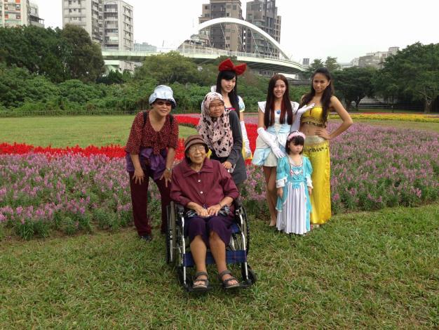 老阿嬤坐輪椅也來遊花海,和美麗的花仙子合照笑呵呵~[開啟新連結]