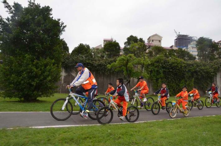 來自司馬庫斯的小朋友在大佳河濱公園初次體驗河濱自行車道