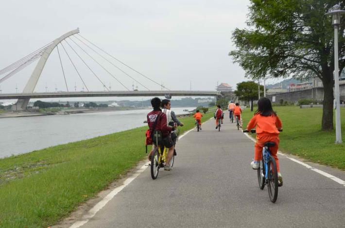 沿著基隆河騎乘可以看到前方的大直橋和圓山飯店