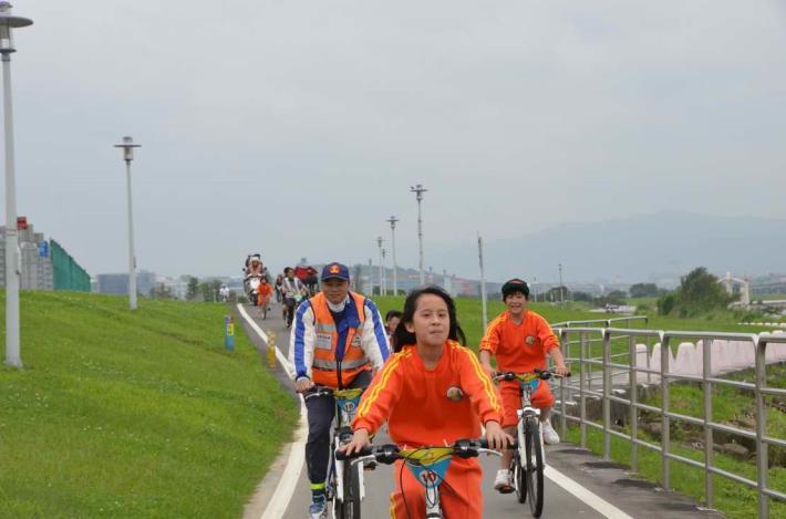 順著河濱自行車道一邊騎車一邊享受河風吹拂