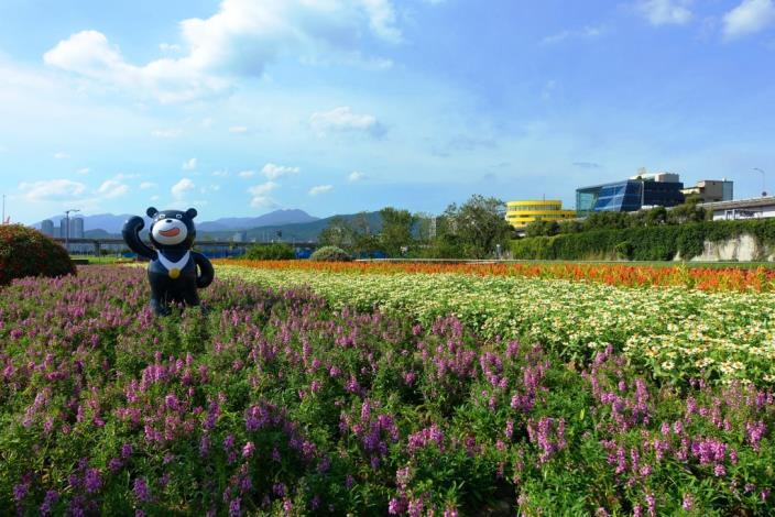 彩虹河濱公園置身花海的小熊讚為選手們打氣[開啟新連結]