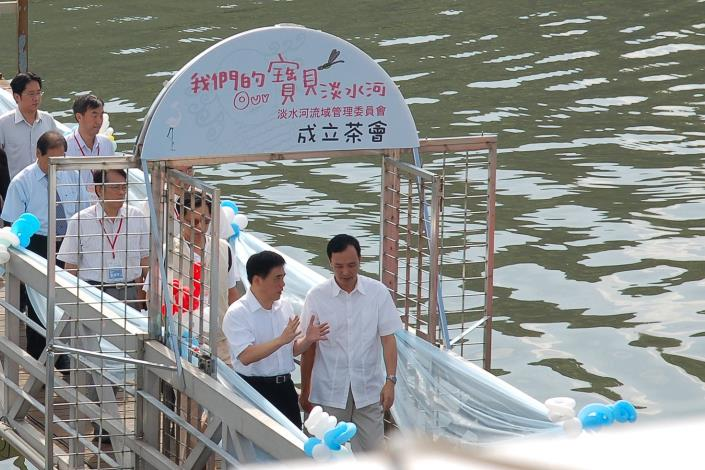 雙北市長經由碼頭棧橋進入會場(Taipei City Mayor Hau and New Taipei City Mayor Chu enter the venue via wharf trestle.)