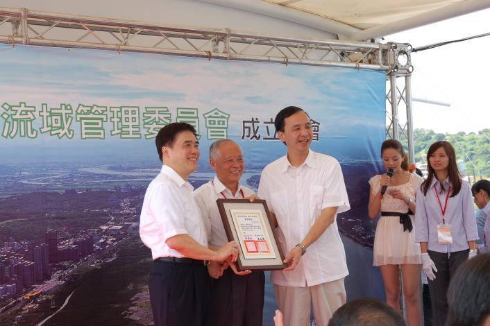 雙北市長共同頒發委員聘書(Mayors Hau and Chu jointly confer the Letter of Appointment to the Committee Member.)