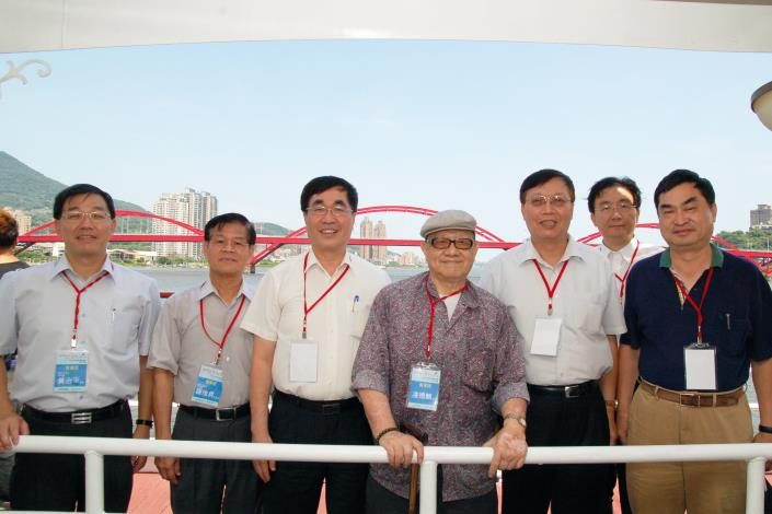 本處處長及與會貴賓於關渡大橋前合影(Director of Hydraulic Engineering Office and honor guests in front of Guandu Bridge.)