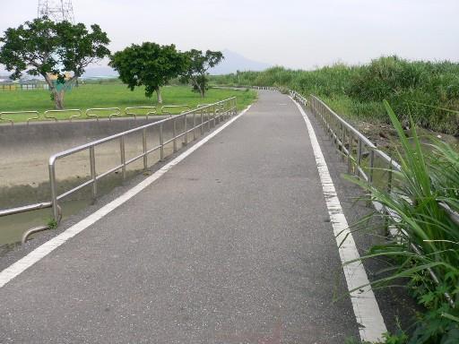 改善前:跨排放水路橋寬度以不足使用