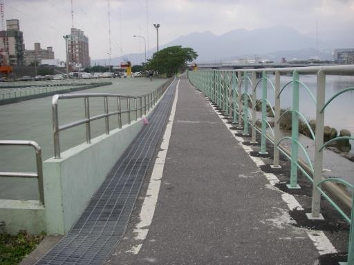 改善前:早期車道設計狹窄,已不敷今日使用需求