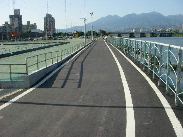 改善後:不僅拓寬自行車道達3公尺寬,並以標線劃分保留1公尺做為行人通行