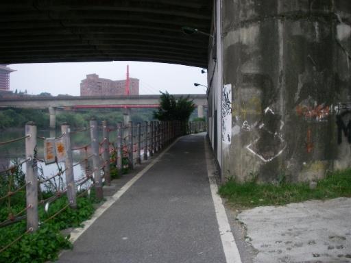 改善前:承德橋下自行車道擁擠陰暗