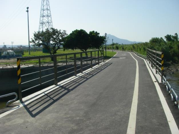 改善後:除採人車分道進行拓寬,並加高護欄,增加安全性