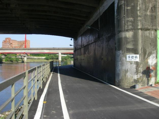 改善後:承德橋下自行車道變得寬敞,行車通行更為舒暢
