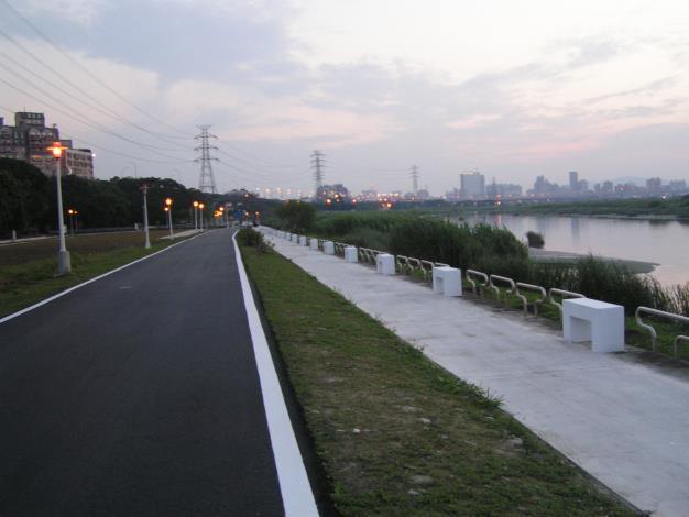 龍山河濱公園自行車道拓寬及新設人行步道