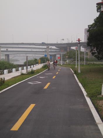 龍山河濱公園自行車道拓寬及人行步道整修