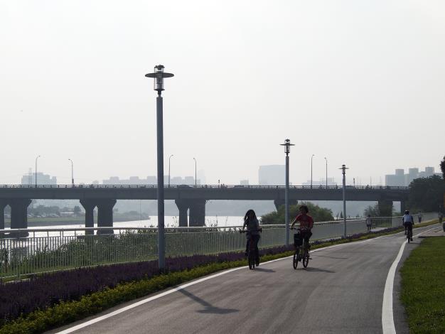 自行車道拓寬為4公尺並採人、車分道,使民眾更加安全的悠遊河濱公園
