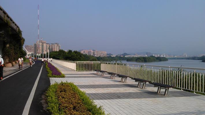 新設觀景休憩平臺可遠眺水管橋,欣賞新店溪之美