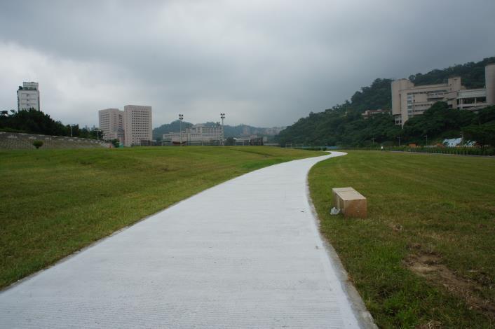 嶄新舒適的人行步道