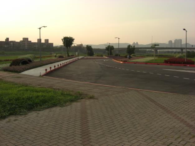 彩虹河濱公園花海步道旁水防道路