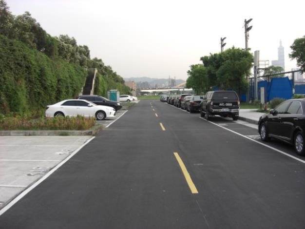 彩虹河濱公園停車場旁水防道路