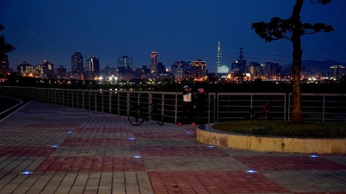 夜間太陽能地燈及廣場鋪面