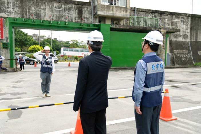 The drill to shut Dan-6 evacuation gate in Yanping Riverside Park 延平河濱公園(淡6號疏散門)關閉演練