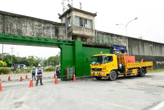 Self-sufficient diesel generator is the precaution against a sudden power cut.(自備柴油發電機以防有突然斷電致無法關閉疏散門)