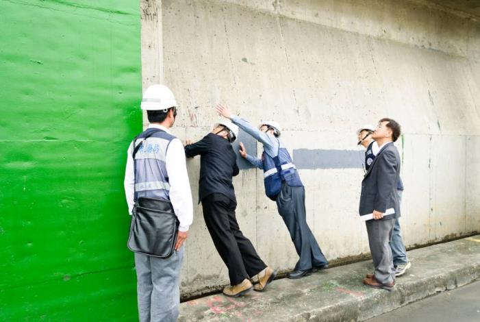 Supervising officials inspect conditions of the closed evacuation gate.(長官檢閱閘門關閉狀況)