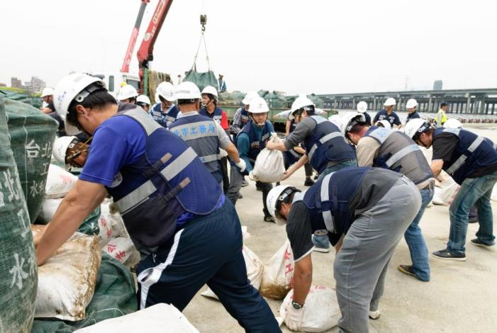 Stacking up space bags and sand bags (1) 太空包及砂包堆疊(1)