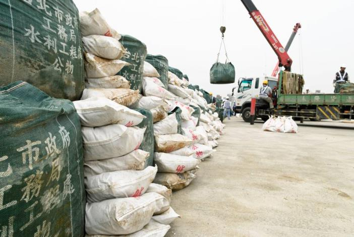 Stacking up space bags and sand bags (2) 太空包及砂包堆疊(2)
