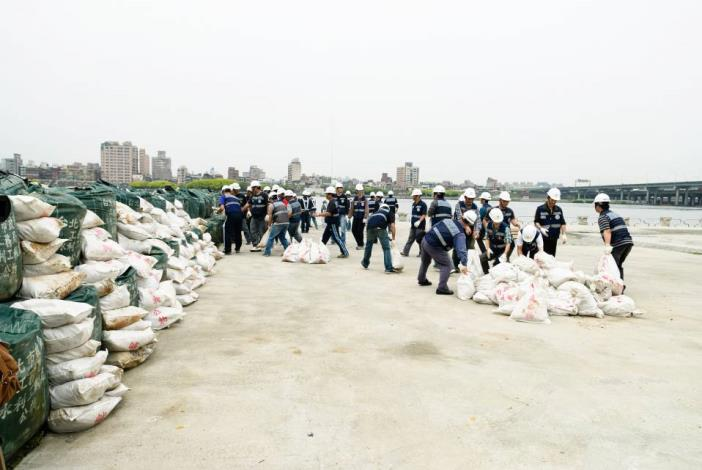 Stacking up space bags and sand bags (3) 太空包及砂包堆疊(3)