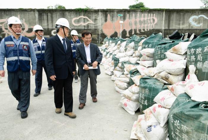 Supervising officials inspect the blockade of embankment bleach.(長官檢閱堤防缺口封堵成果)