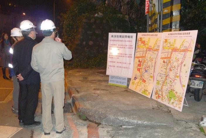 Supervising officials inspect substitute traffic routes during the gate closed period.(局長及處長檢閱陸閘關閉後車輛替代路線)