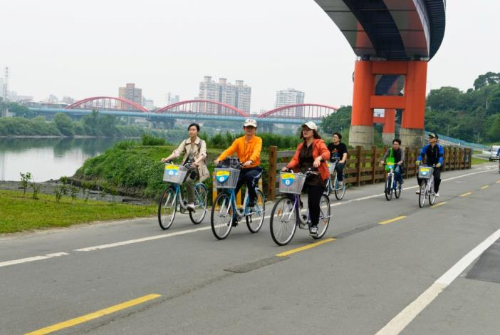 Assistant Chief Engineer Wu and distinguished guests from Kaohsiung City Government enjoy riding on Fuhe Riverside Bikeway.(水利處吳副總工程司偕同高雄市政府參訪貴賓騎乘福和河濱自行車道)
