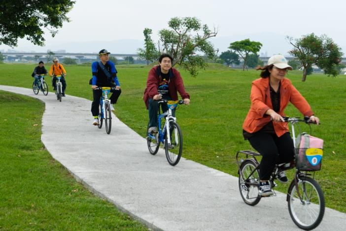 Assistant Chief Engineer Wu and distinguished guests from Kaohsiung City Government enjoy riding on Meiti Riverside Bikeway.(水利處吳副總工程司偕同高雄市政府參訪貴賓騎乘美堤河濱自行車道)