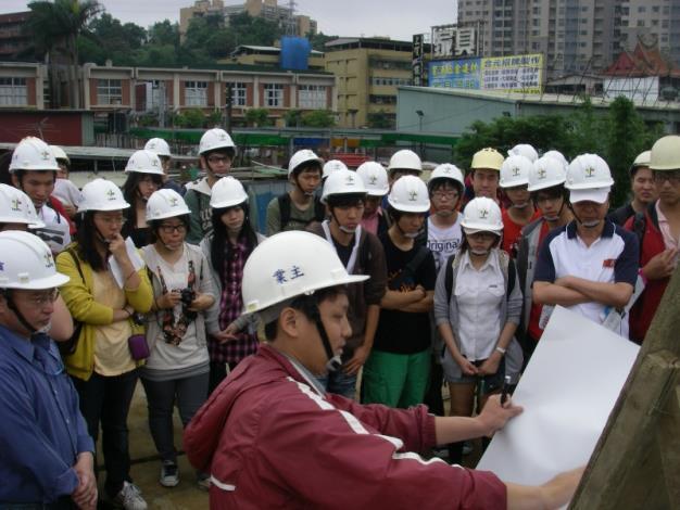 於新建堤防工地現場向臺大師生說明施工順序。Briefing on construction sequence at the site of the newly constructed embankment.