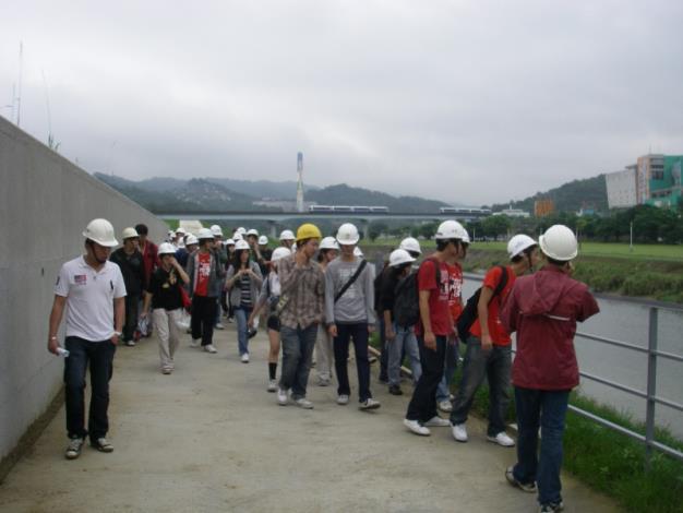 臺大師生體驗新建堤防自行車道。Students and teachers from the N.T.U explored the bikeway of the newly constructed embankment.