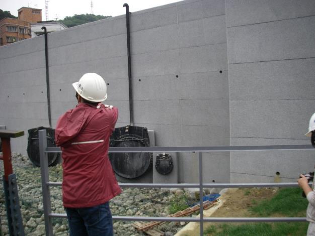 說明新建堤防舌閥運作原理。Demonstrating operational principles of flap valve of the newly constructed embankment.