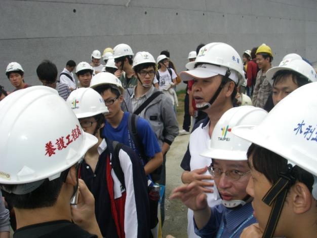 臺大張教授斐章及河川工程科張科長凱堯為學生作總結。Professor Fei-zhang Zhang and Section Chief Kai-yao Zhang Summarized for students.