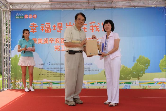 臺北市政府工務局局長致禮予景美女中校長(Commissioner Lee of Public Works Department presents the Principal of Jingmei Girls High School an award of appreciation.)