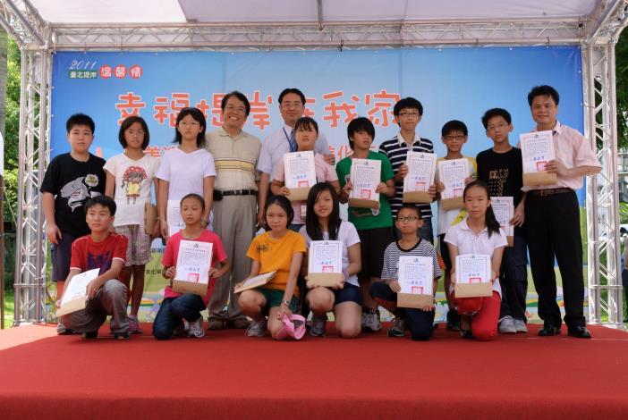 永建國小師生參與景美溪辛亥路7段堤壁美化徵圖活動作品入選者(Awarded participants of the Embankment Embellishment Contest from Yongjian Elementary School.)