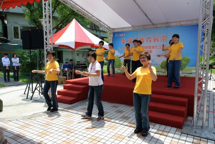 樟文里社區活動-國際排舞班實踐隊表演勁歌熱舞(Community activity of Zhangwen Neighborhood – row dance performed by Shi-Jian Team.)