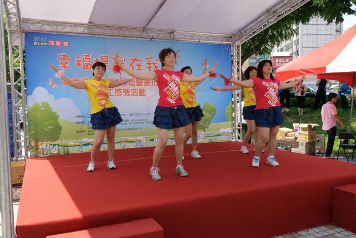樟文里社區活動-樟文歡樂舞蹈班表演勁歌熱舞(Community activity of Zhangwen Neighborhood – row dance performed by Zhangwen Team.)