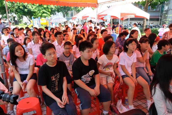 參與景美溪辛亥路7段堤壁美化徵圖活動之學生(Elementary school students participating the Embankment Embellishment Contest.)