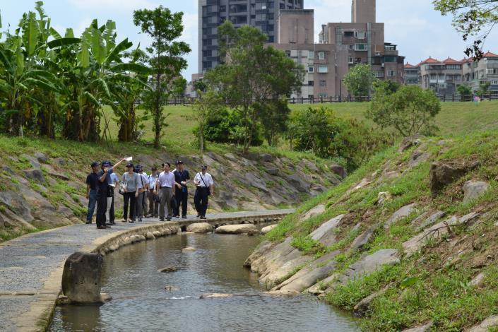 於內湖大湖山莊街調洪沉砂池內大溝溪親水步道解說(Commentating the Dagou Stream Water Affinity Trail of the Grit Chamber at Dahu Shanzhuang Street.)