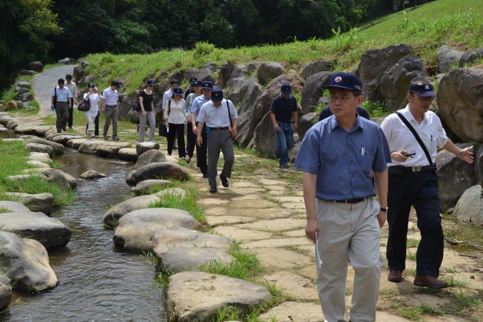 於內湖大湖山莊街調洪沉砂池內大溝溪親水步道參觀(Exploring the Dagou Stream Water Affinity Trail of the Grit Chamber at Dahu Shanzhuang Street.)